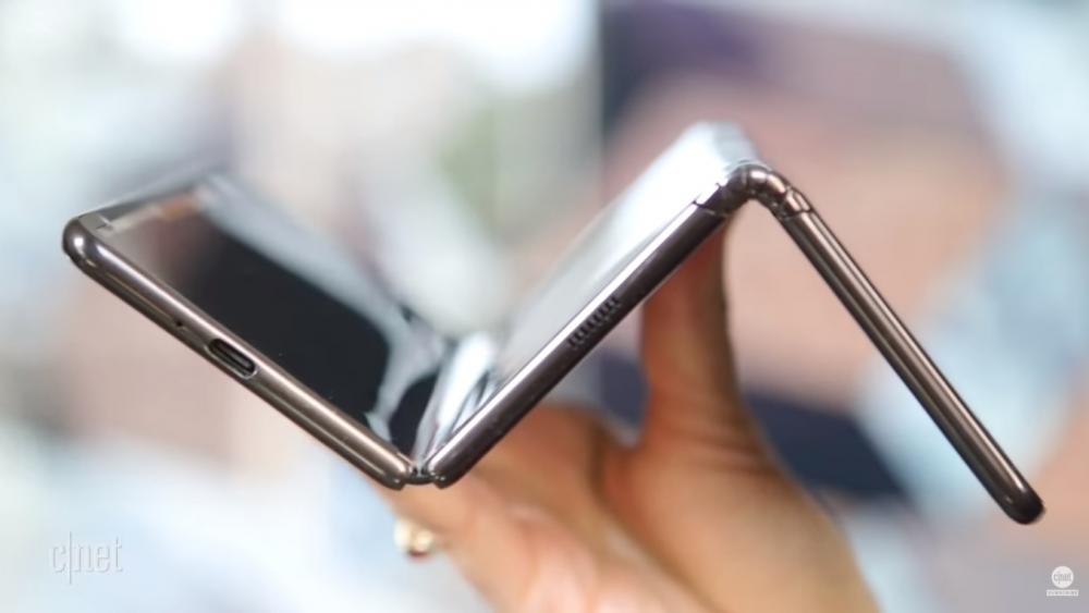 Το foldable smartphone της TCL «διπλώνει» σε τρία ίσα μέρη