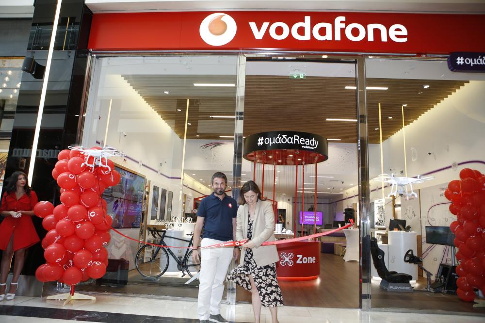 H Vodafone παρουσιάζει το PhyGital κατάστημά της