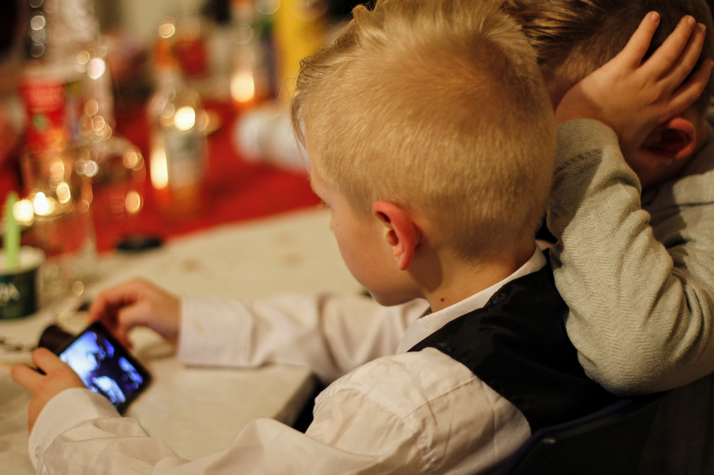 Stop στα κινητά στα σχολεία βάζει η Γαλλία