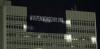 Βίντεο δείχνει νεαρούς να κρεμούν πανό στον ΟΤΕ