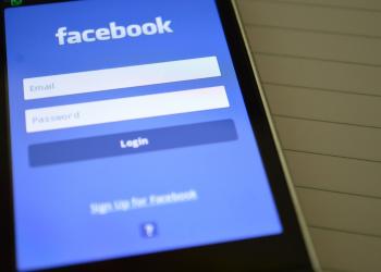 Ενα λιγότερο σεμνότυφο Facebook