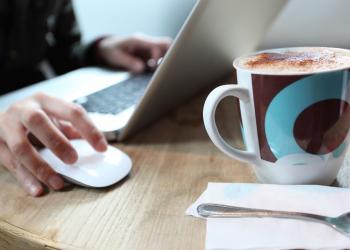 Ένα laptop σε καφέ στοιχειοθετεί «μόνιμη εγκατάσταση» ιντερνετικής επιχείρησης;