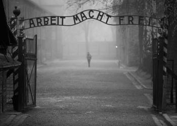 Facebook: απαγορεύει περιεχόμενο που αφορά την άρνηση του Ολοκαυτώματος