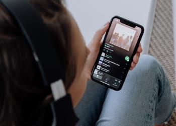 Spotify: προχωράει σε αυξήσεις τιμών στα πακέτα του