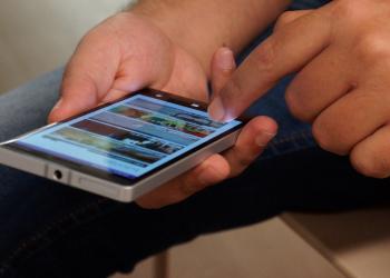 Αδειοδότηση και υπερφορολόγηση τροχοπέδη και στην κινητή τηλεφωνία