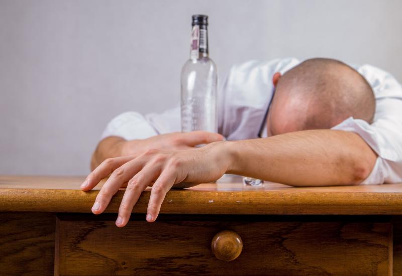 Κανόνες στο αλκοόλ βάζει η Google